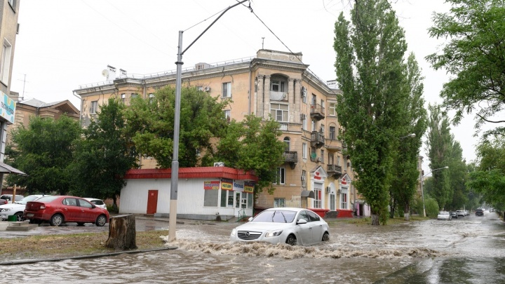 «Поехали по дворам»: волгоградский ливень утопил дорогу в Краснооктябрьском районе