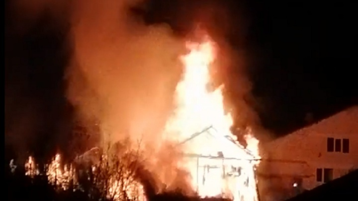 В Перми сгорел дом: женщину и ребенка с ожогами увезли в больницу