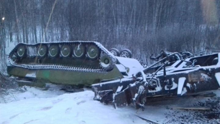 На границе Омской области сошёл с рельсов поезд с военной техникой