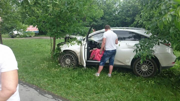На ВИЗе пьяная девушка за рулём Lexus c красивым номером снесла три дерева и дорожное ограждение
