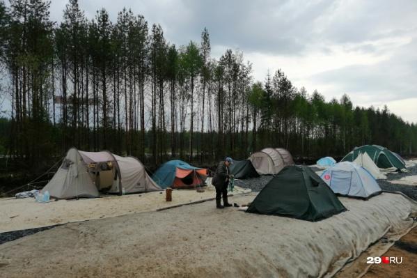 Палаточный лагерь ожидает прибытия чиновников