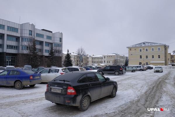 В последний день зимы на злополучной парковке вроде бы чисто — возможно, этому поспособствовал пост Светланы