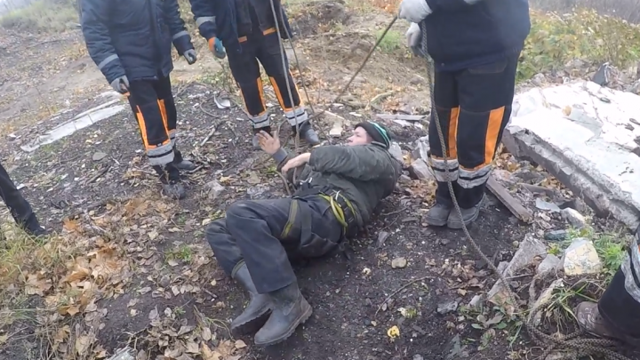 Пролетел три метра вниз: ярославец провалился в открытый колодец. Видео