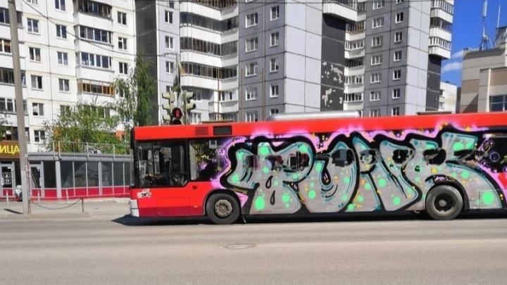 «Хоть какие-то краски». В Перми вандалы разрисовали автобус № 68