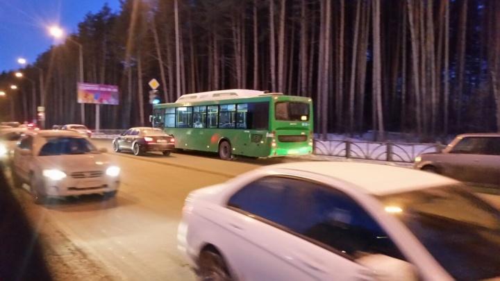 Частный перевозчик отказался от «неудобного» автобусного маршрута №63 до Лесного кладбища