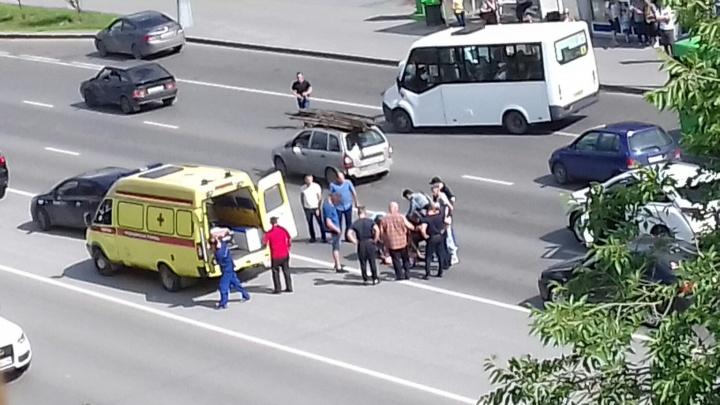 На Мельникайте сбили 13-летнюю девочку, перебегавшую дорогу в неположенном месте