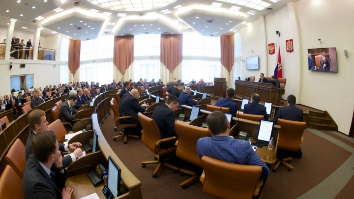 Счета, трудоустройство родственников, незаконная зарплата: депутаты попались на массовых нарушениях