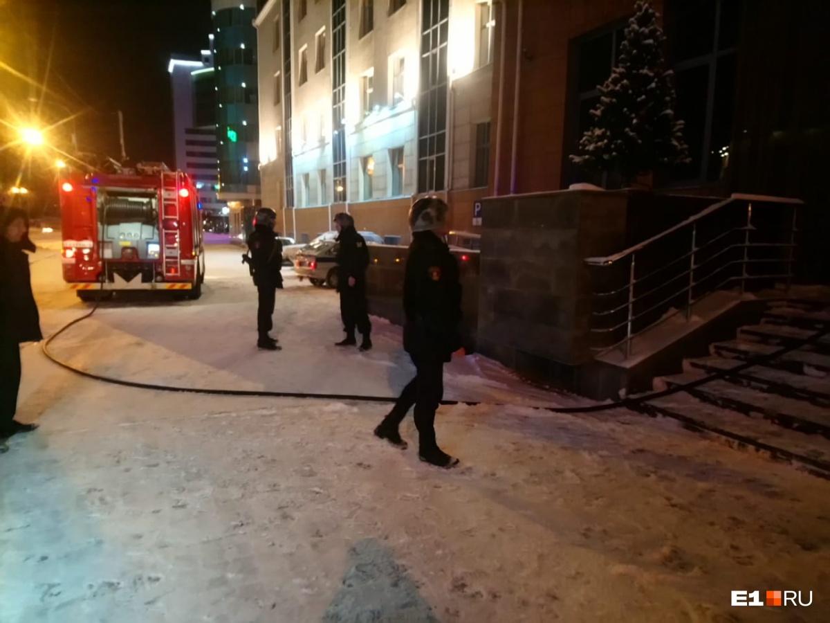 Сюда приехали все спецслужбы города: в головном офисе СКБ-банка в Екатеринбурге произошёл пожар