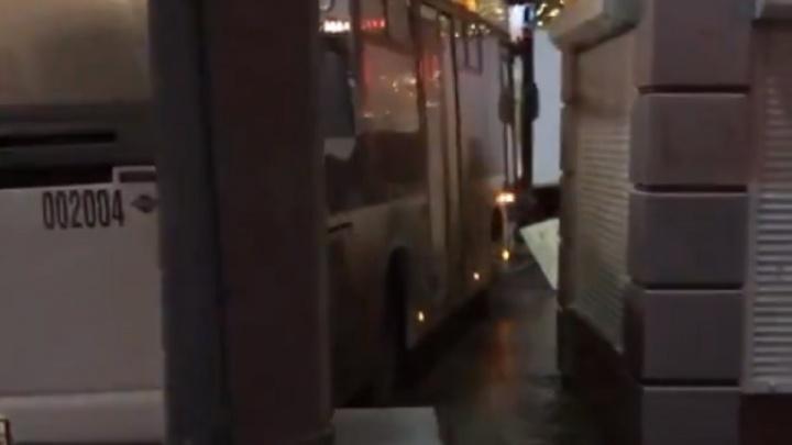КАМАЗ снес легковушки, два автобуса зажали иномарку: за ночь в Ростове произошли десятки ДТП