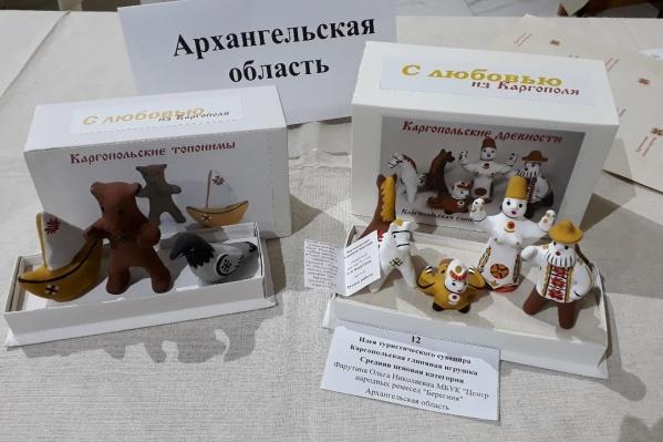 Автор глиняных сувениров — сотрудник каргопольского центра народных ремесел «Берегиня» Ольга Фарутина