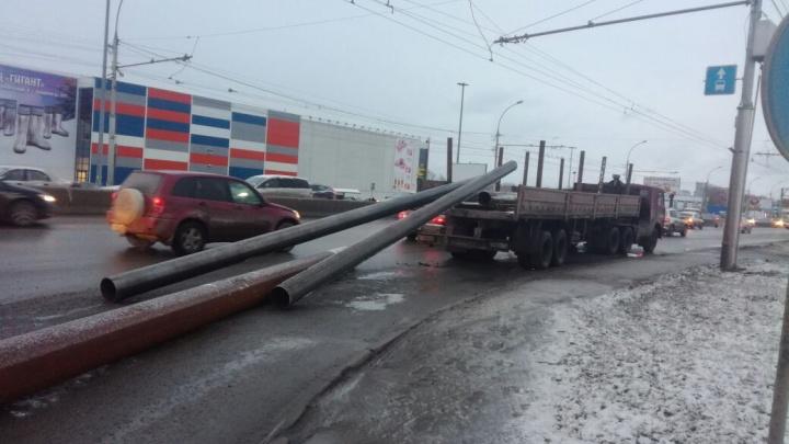 Грузовик потерял трубы из кузова — проезд Энергетиков стоит в пробке