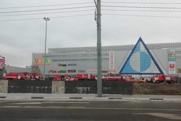 Пожарные машины заняли почти всю стоянку перед торговым центром