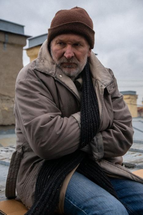 По сюжету бездомный живёт на крыше и представляется школьнику Карлсоном