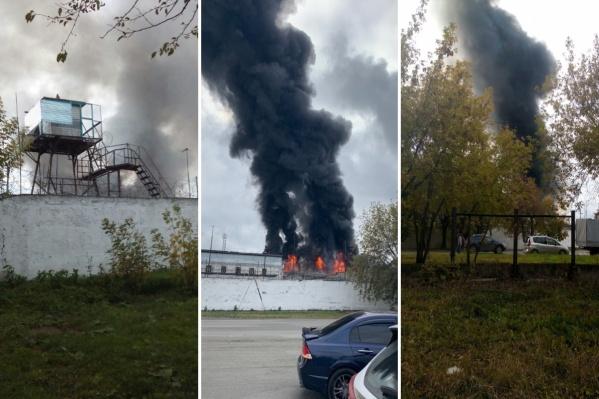 Чёрные клубы дыма были видны с расстояния нескольких сотен метров