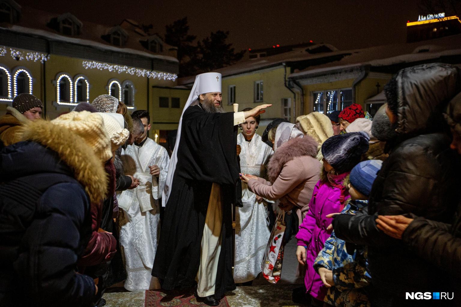 В честь Рождества Христова территорию Вознесенского храма украсили огоньками