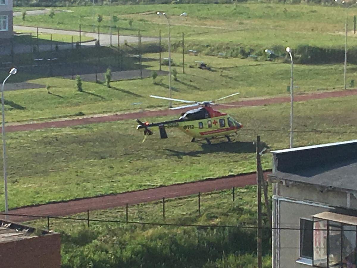 Вертолет санавиации сел на поле у школы