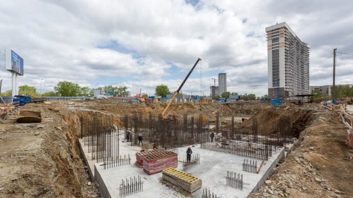 Вяжут арматуру, заливают монолит: рядом с центром началось строительство 100-метровых супербашен
