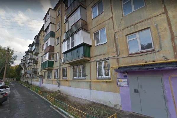 После ограбления 82-летнюю старушку в прихожей её квартиры обнаружил соцработник