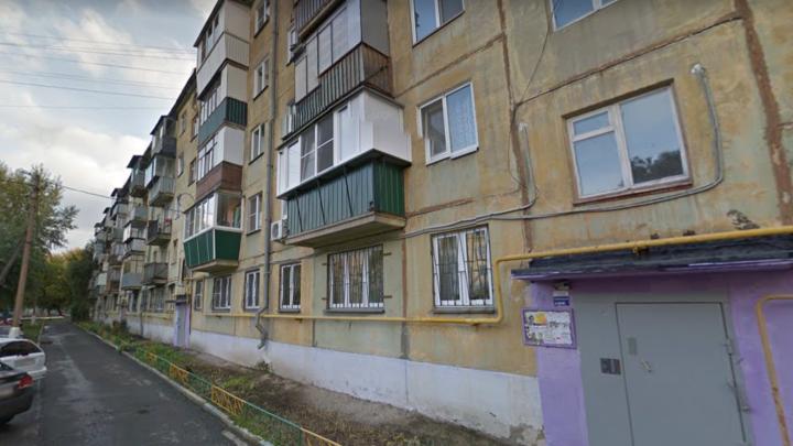 Сама открыла дверь: в челябинской пятиэтажке ограбили бабушку