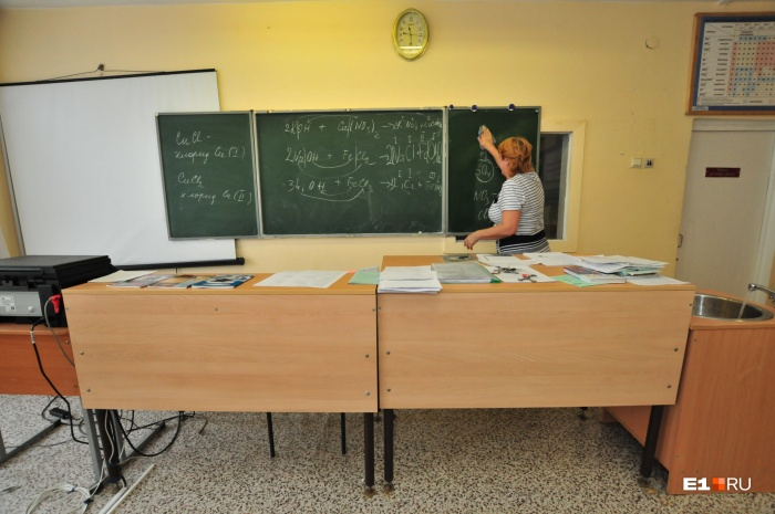 Средняя зарплата учителя в Екатеринбурге — 37 тысяч, уверяют чиновники