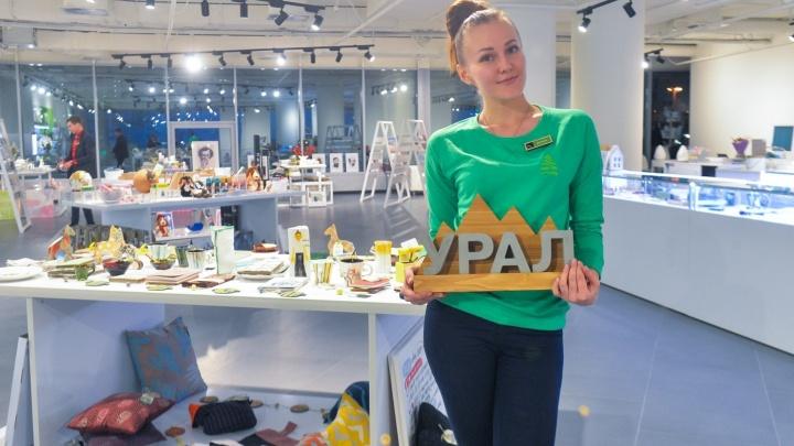 Брошки в виде пауков и бетонные магниты: в Ельцин-центре открыли магазин уникальных сувениров