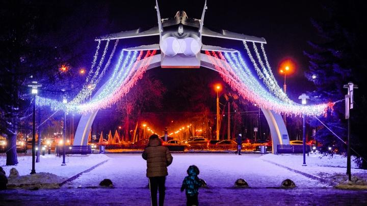Ёлки, арки и фонтаны: смотрим, как Пермь украшают к Новому году