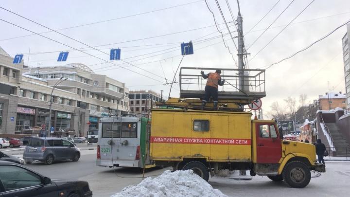 Несколько троллейбусов попали в западню на Красном проспекте