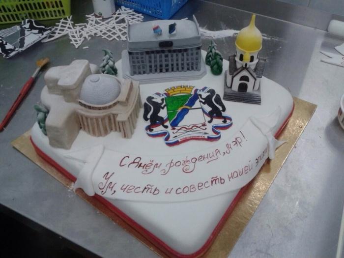 Торт, который подарили мэру Анатолию Локтю на день рождения