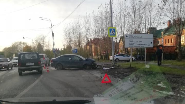 Был сильно пьян, снес дорожный знак: водитель иномарки устроил ДТП на Барнаульской