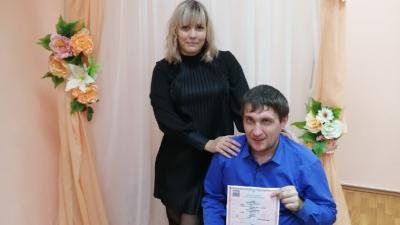 Из больницы в ЗАГС: рабочий, который чудом выжил после падения с высоты 13 метров, женился