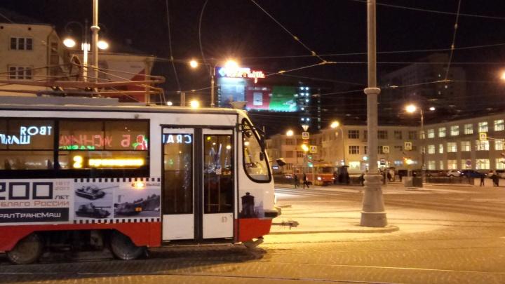 В центре Екатеринбурга оборвавшийся провод парализовал движение трамваев