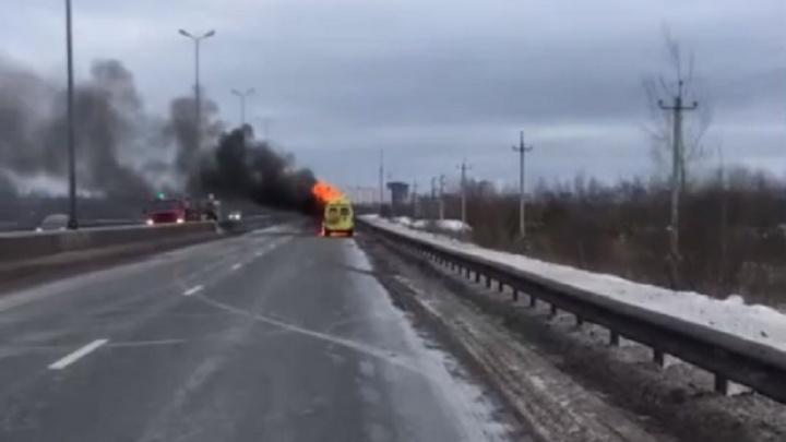 На трассе под Пермью загорелся реанимобиль. Видео