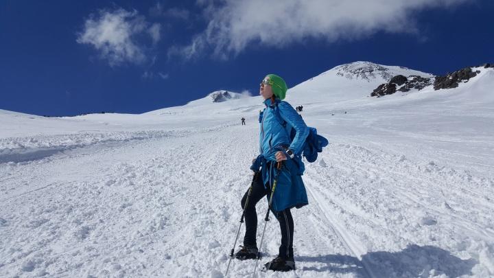 Сибирячка с огненными волосами забежала на Эльбрус