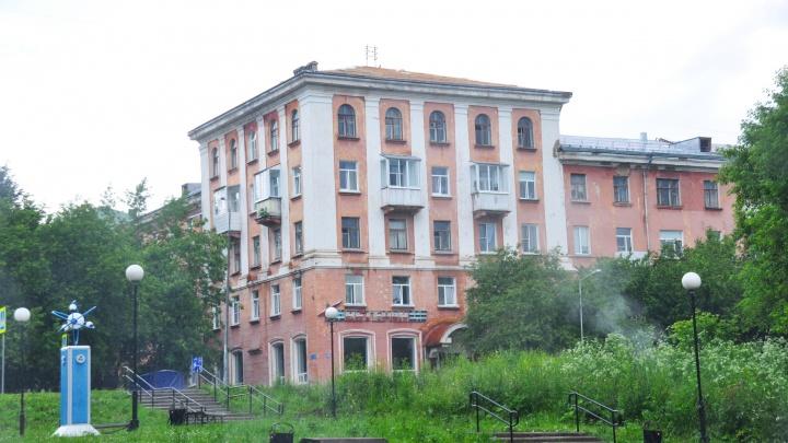 «Крышу бросили открытой, квартиры топит»: подрядчики сорвали капремонт дома в Челябинской области