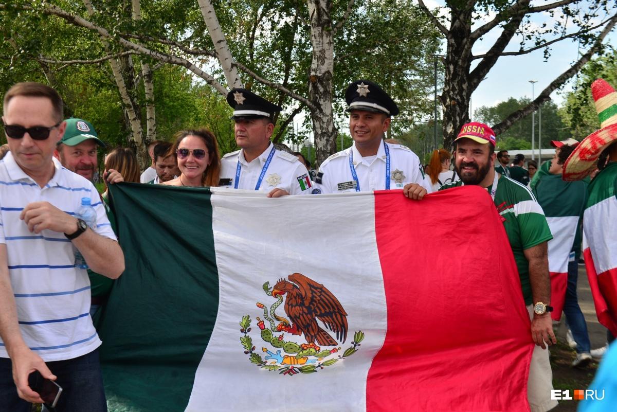 У болельщиков с собой огромные флаги Мексики