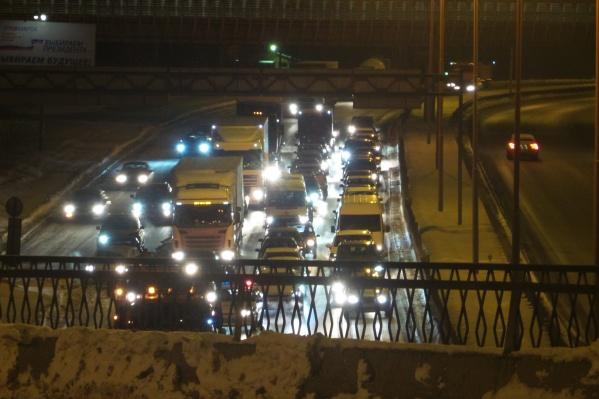 Пробка образовалась из-за того, что ГИБДД перекрыла дорогу, чтобы коммунальщики убрали снег с обочины