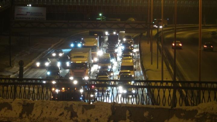 На Объездной ночью образовалась огромная пробка: коммунальщики чистят город от снега