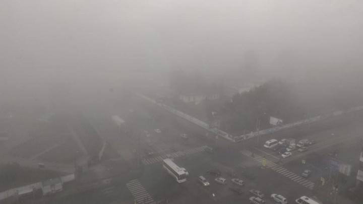 Новосибирск окутал густой осенний туман
