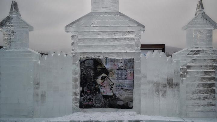 Хрустальный рояль и боярыня Морозова: смотрим первые ледовые скульптуры на набережной