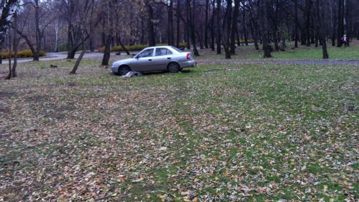 """""""Я паркуюсь как..."""": инвалид на пешеходнике, стоянка в парке и большой внедорожник на детской площадке"""