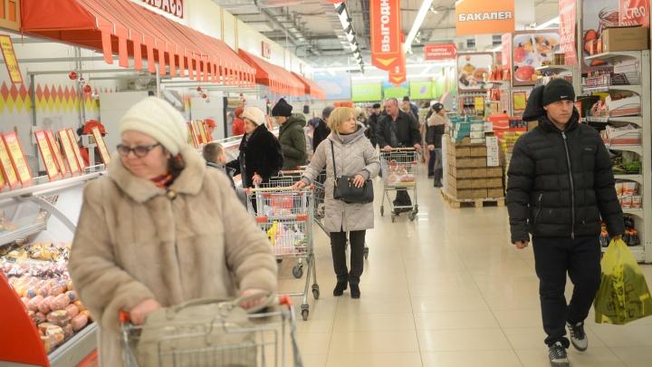 Стали еще беднее: считаем зарплаты екатеринбуржцев и цены на жизнь