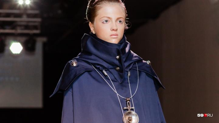 Многослойность, пайетки и спортшик: на модном форуме прошёл показ одежды от пермских дизайнеров