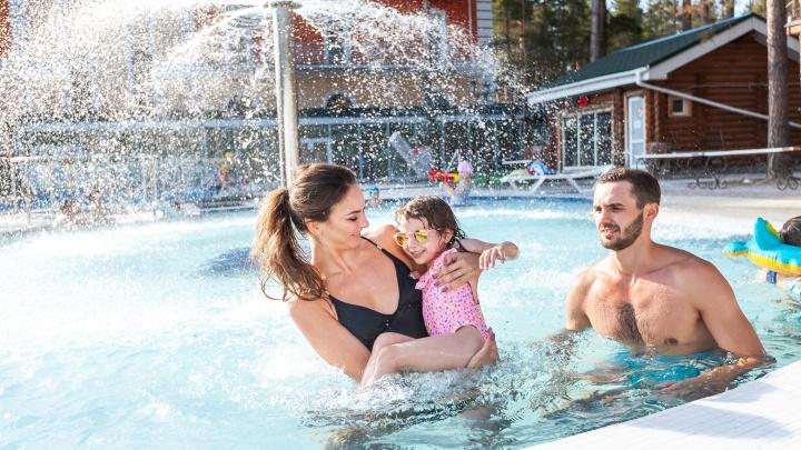 Нежимся в термах, танцуем зумбу в бассейне и катимся с водной горки: школьные каникулы в стиле аква
