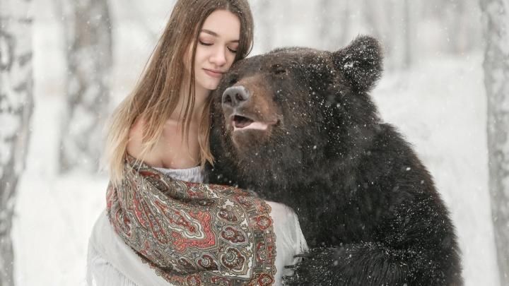 Новосибирская модель решилась на опасную фотосъёмку — она снялась в обнимку с бурым медведем