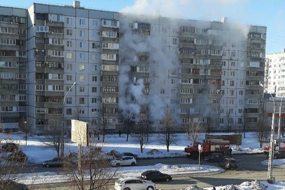 Столбы дыма: в Самарской области в многоэтажном доме вспыхнул пожар