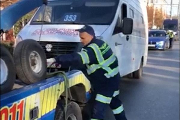 Маршрутку отправили на штрафстоянку с помощью эвакуатора
