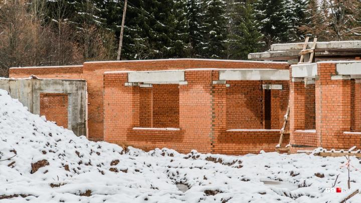 В строящемся новом зоопарке Перми снесли здание ветеринарной клиники