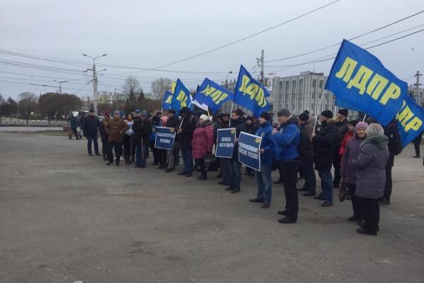 На улице Лизы Чайкиной сегодня собрались люди с синими флагами