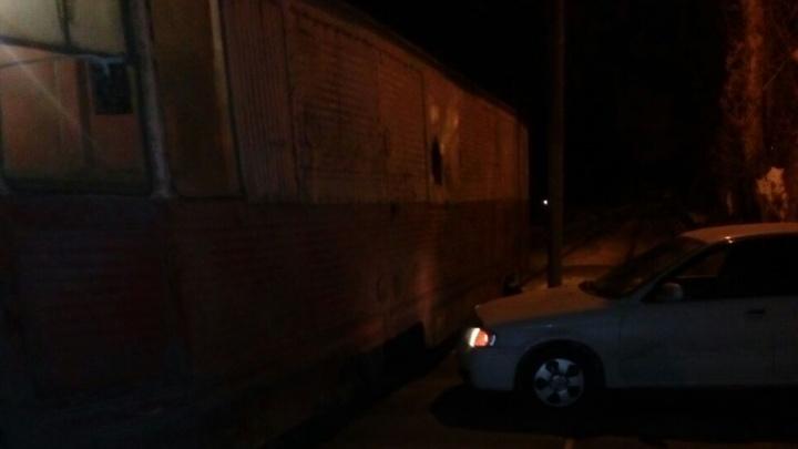 «Он не должен ночью ходить!»: Nissan врезался в трамвай на Вертковской
