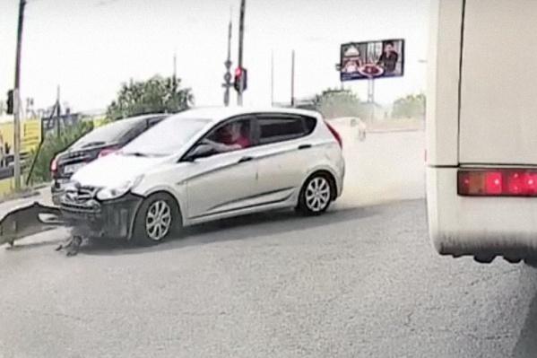 Белая иномарка протаранила машину и вылетела на скорости на встречку